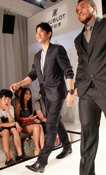"""マンU香川、高級時計ブランドのファッションショーで""""モデルデビュー"""""""
