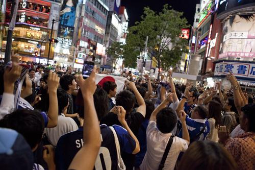 日本のベスト4進出に渋谷も熱狂「絶対に金メダル」/ロンドン五輪