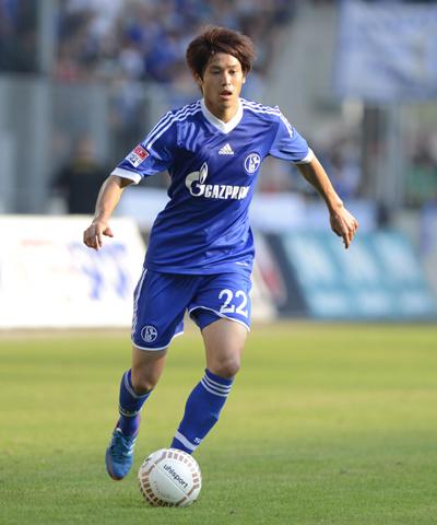 内田がシャルケと2015年まで契約延長「もっとシャルケの選手になれるよう頑張る」