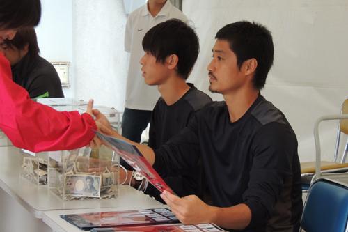 「東北人魂」によるチャリティブースが設置…募金額は1日で約25万円に/鹿島オープンスタジアム