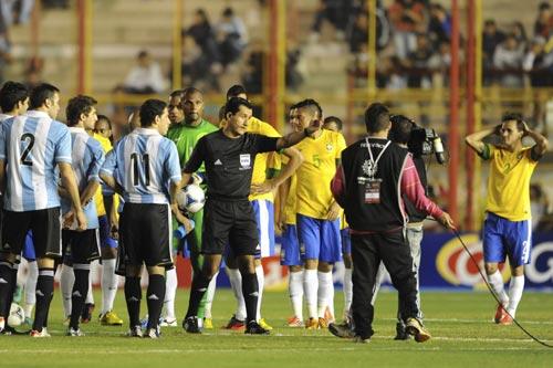 アルゼンチンとブラジルの一戦が照明トラブルのため中止