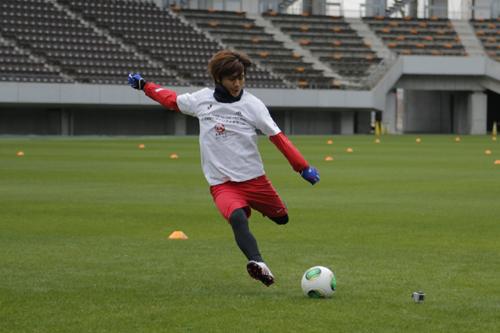 コンフェデ杯公式球「カフサ」が初披露…福島の中学生が世界で最も早く体験