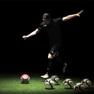 ファルカオがペンキ付きのボールで描いたものとは……