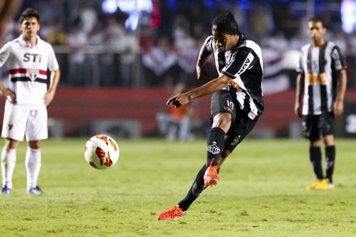 ロナウジーニョがリベルタ杯で得点…アトレチコ・Mが先勝 | サッカーキング