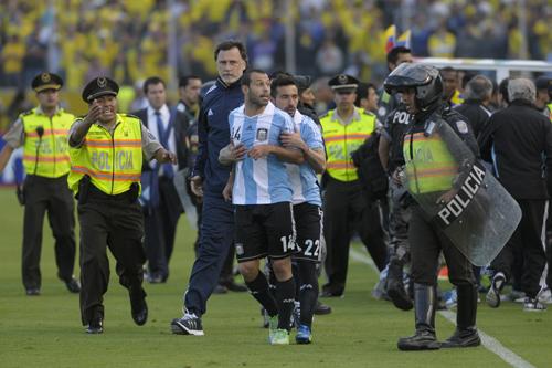 W杯予選で衝撃の退場劇…アルゼンチン代表MFがスタッフ蹴りつける