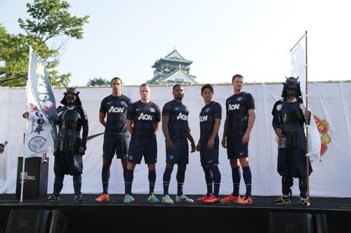マンUが大阪城をバックに新ユニ発表、香川やファーディナンド登場