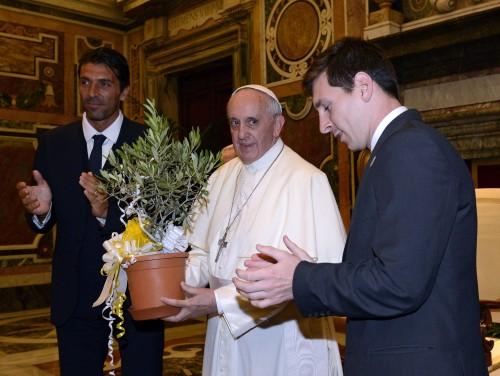 イタリアとアルゼンチン両代表がローマ法王を謁見、メッシ「特別な時間」