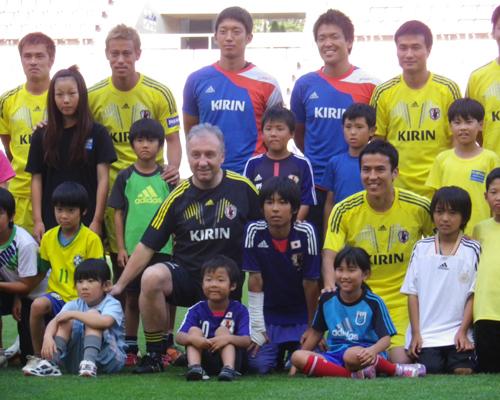 日本代表が被災地域の子供達と交流会…ウルグアイ戦への練習初日