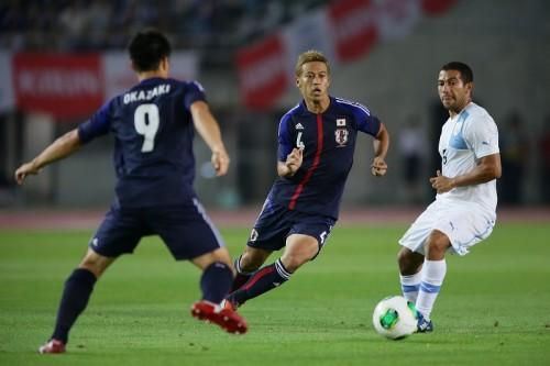 日本、香川と本田が得点も…大量4失点で南米王者ウルグアイに完敗