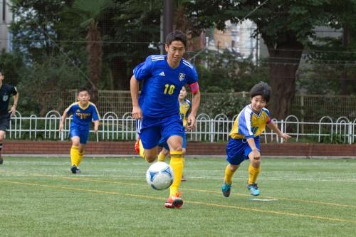香川がサプライズで少年サッカーの試合に交代出場!? 驚嘆の子どもたち「そっくりさんだと思った」