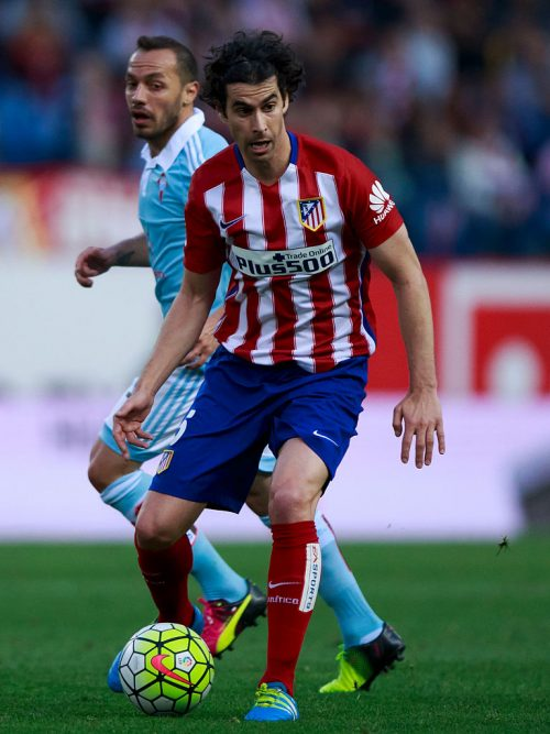 MADRID, SPAIN - MAY 14: Tiago Mendes of Atletico de Madrid controls the ball ahead Marcelo Diaz of RC Celta de Vigoduring the La Liga match between  Club Atletico de Madrid and Real Club Celta de Vigo at Vicente Calderon Stadium on May 14, 2016 in Madrid, Spain. (Photo by Gonzalo Arroyo Moreno/Getty Images)