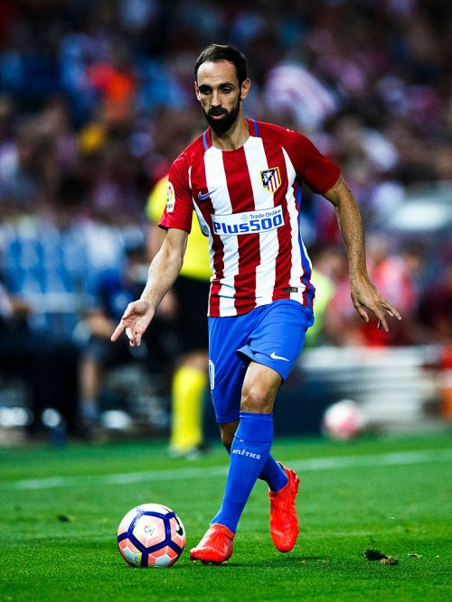 MADRID, SPAIN - AUGUST 21: Juan Francisco Torres alias Juanfran controls the ball during the La Liga match between Club Atletico de Madrid and Deportivo Alaves at Vicente Calderon stadium on August 21, 2016 in Madrid, Spain. (Photo by Gonzalo Arroyo Moreno/Getty Images)