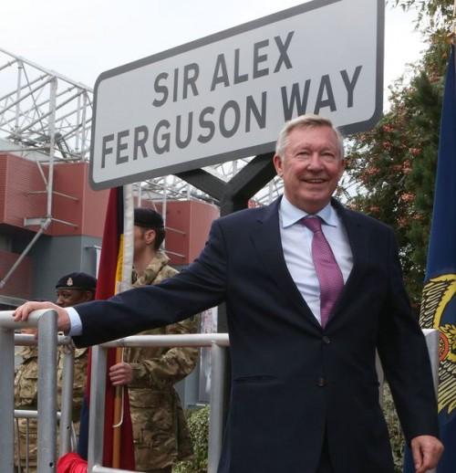マンUを26年率いた前監督ファーガソン氏の名前を冠した通りが完成
