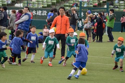 西武ドームで「JFAキッズサッカーフェスティバル ユニクロサッカーキッズ!」が開催…藤田俊哉さんが参加