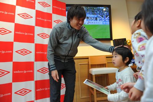 サッカーショップKAMO梅田店にて遠藤保仁のサイン会&記念撮影会開催