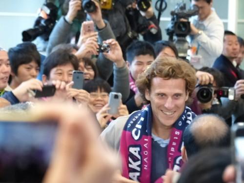フォルランがついに来日…C大阪のタオルを首に巻き、サポーターも歓迎