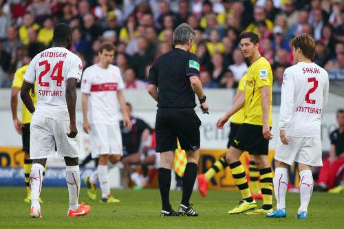 ドイツで思わぬアクシデント…試合中に主審がアキレス腱断裂