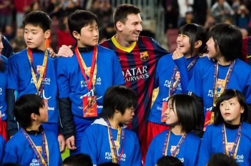 メッシが東日本大震災で被災した少年少女をバルセロナに招待