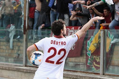 デストロがハットトリックのローマ、6連勝で首位と暫定5差