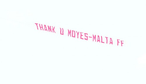マンUサポーター、皮肉込め「ありがとう、モイーズ」と飛行機飛ばす