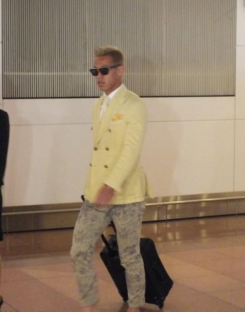 本田圭佑が日本代表海外組最後の帰国…黄色ジャケットにサングラス姿