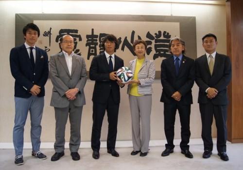 日本プロサッカー選手会会長の佐藤が宮城県を表敬訪問…「笑顔を取り戻してほしい」