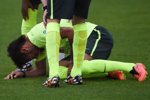 ブラジル、冷や汗…ネイマールが練習中に負傷も、すぐにプレー復帰
