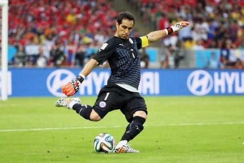 スペイン完封のチリ代表GKブラボ、4年契約でバルサ移籍へ