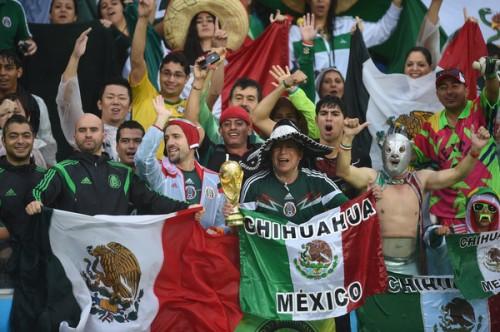 メキシコサポーターが代表チームにエール…選手も声援に応え、ホテル前はお祭り騒ぎに