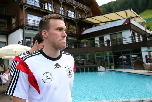 敵は身内? サッカー連盟のインタビューでドイツ代表MFの笑顔が消える