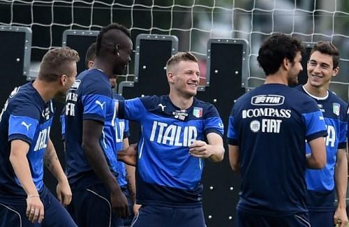 婚約発表のバロテッリにイタリア代表のチームメイトも祝福