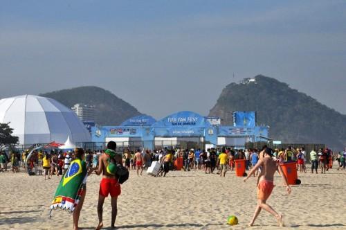 """ブラジルに広がる(!?)""""立つ鳥跡を濁さず""""の輪。今度はドイツ人がコパカバーナのファンフェスト会場でごみ拾い"""