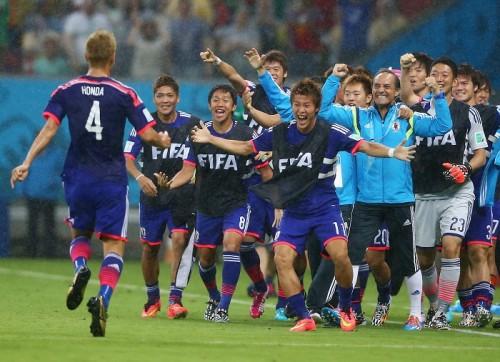 ワールドカップ初戦、日本が本田圭佑の左足で先制して前半終了