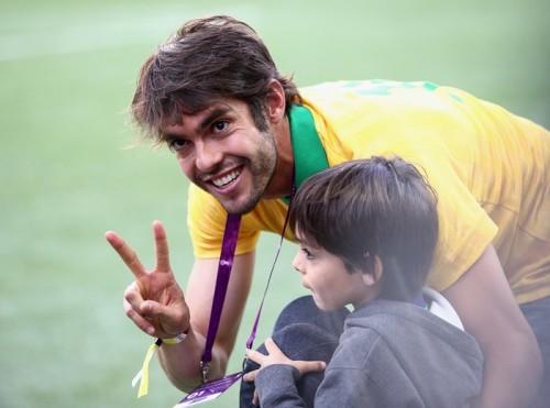 ブラジル代表落選のカカ、開幕戦を息子と現地で応援
