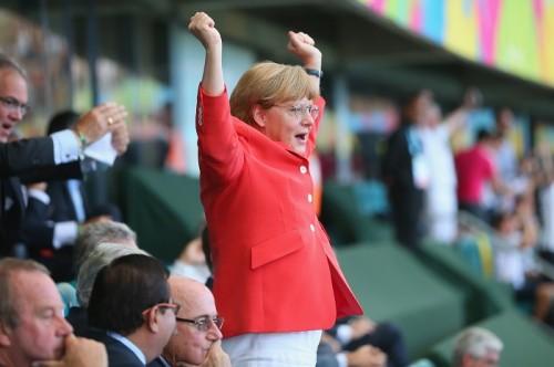ドイツ首相がW杯3大会連続の参加…スタンドで声援送り、ガッツポーズも