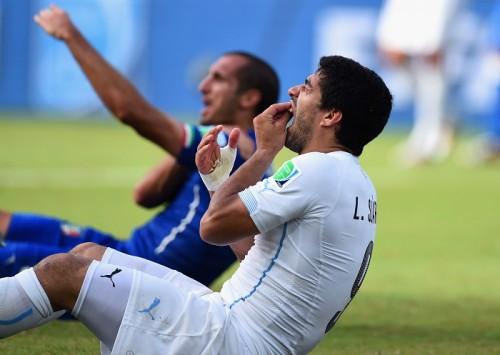 噛みつきで処分のスアレス、FIFAへの説明は「バランス崩してぶつかった」