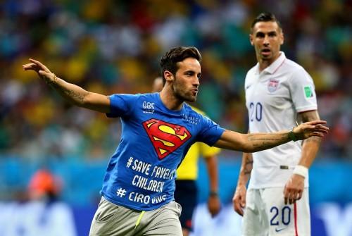 ピッチ乱入のスーパーマン、イタリアメディアがインタビューに成功