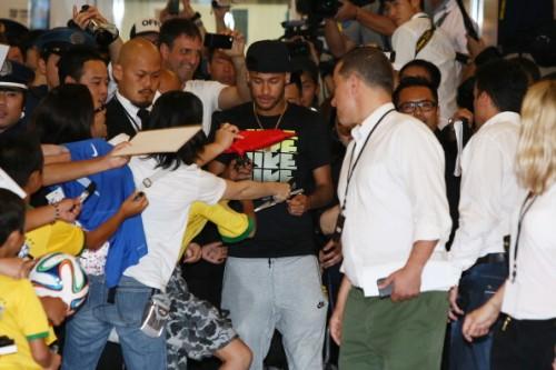 ネイマールが単独初来日…700人のファンが殺到して空港は騒然