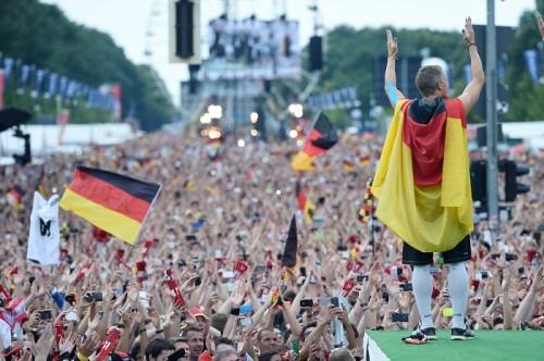 W杯優勝のドイツ代表が凱旋帰国、50万人が出迎え…選手も大興奮
