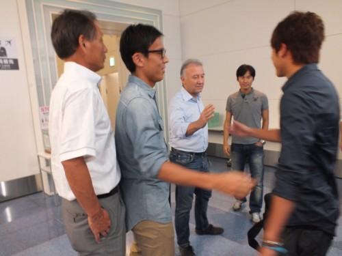 内田と長谷部がザックの見送りに、熱い抱擁で別れを告げる