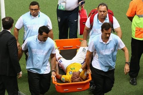 ブラジル、準決勝進出も…次戦主将が出場停止、ネイマールは負傷で病院へ