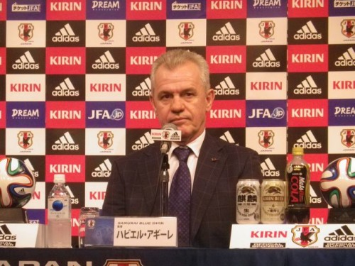 日本代表のアギーレ新監督、来日会見に登場「名誉に思っている」