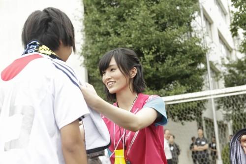 NMB48山本彩が高校サッカー部をサプライズ訪問「感謝を忘れず頑張って」