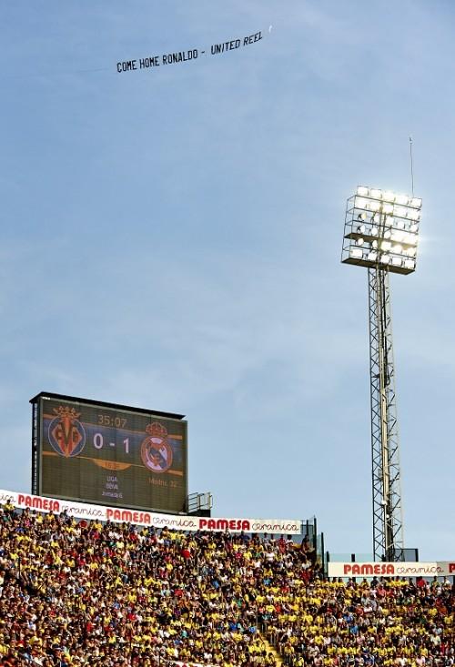 マンUファンがレアルの試合で「ロナウド帰ってこい」バナーを飛ばす