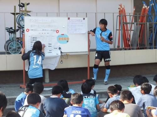 """川崎の中村と山本が小学校の先生に…グラウンドで""""算数ドリル""""を実践"""