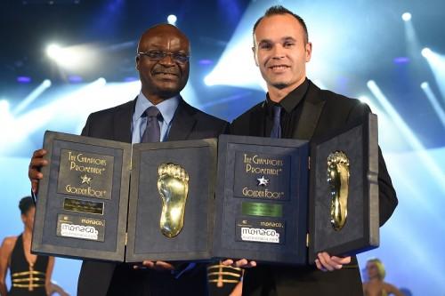 イニエスタがスペイン人初のゴールデンフット受賞…バルサ選手も初