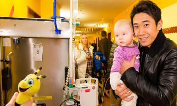 ドルトムントの香川真司ら、小児病院を訪れて子供達と交流