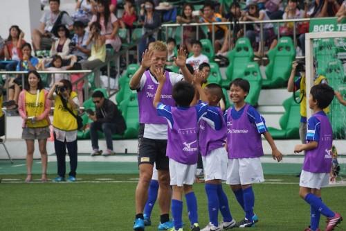 本田が子どもたちを直接指導「大人に笑われるくらい大きな夢を持つこと」