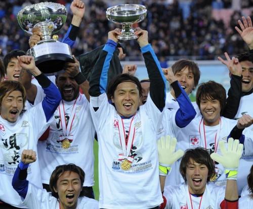 優勝の喜びを噛み締める遠藤「三冠は難しいこと、誇りに思う」
