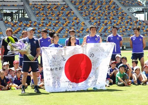 日本代表が子供たちと交流…今野は練習を回避